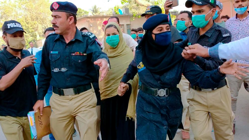 Each Year 1,000 Pakistani Girls Forcibly Converted to Islam thumbnail