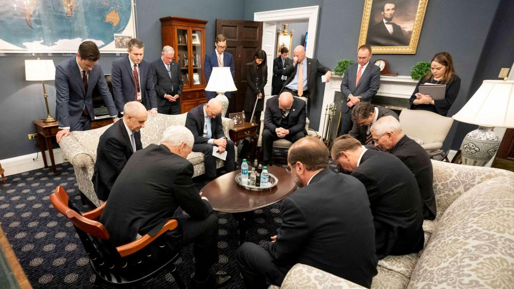 Vice President Mike Pence prays with coronavirus task force (Photo: White House)