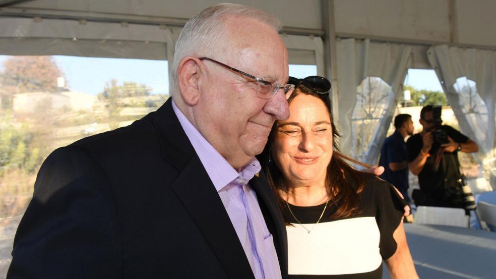Israeli President Reuven Rivlin Hugs Rona Ramon, Photo, GPO archive, Haim Zach
