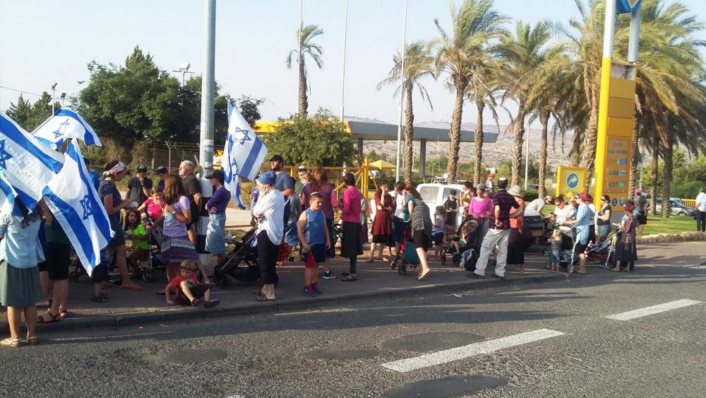 Israelis Form a Human Chain along Route of Funeral Procession, Photo, TPS, Noa Ori