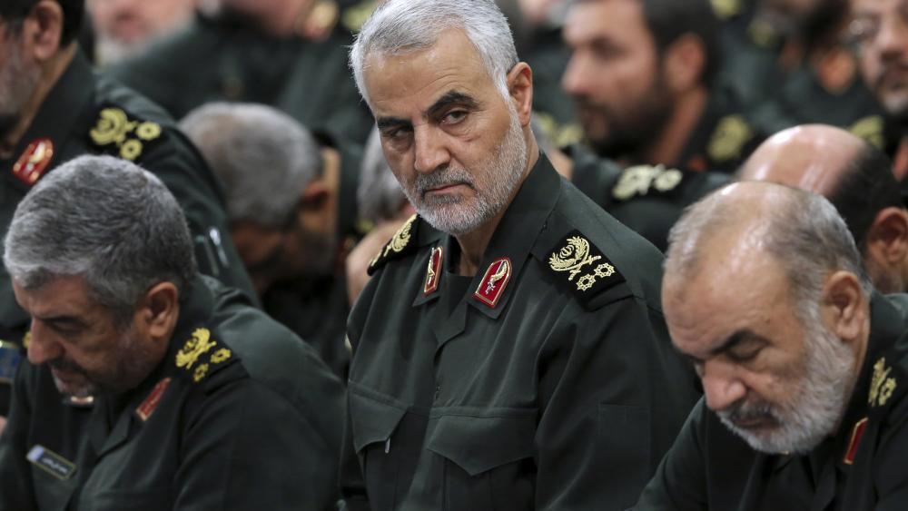 Iranian Gen. Qassem Soleimani, center, attends a meeting in Tehran, Iran, Sept. 18, 2016 (AP photo)