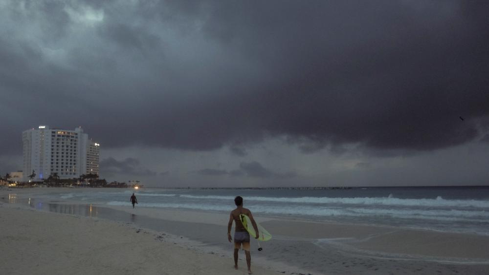 Zeta Becomes a Hurricane as it Nears Yucatan, Heading for US thumbnail