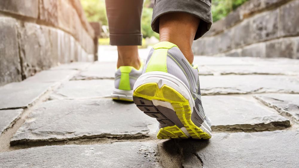 womanwalkingrunningtrailshoesfeetas