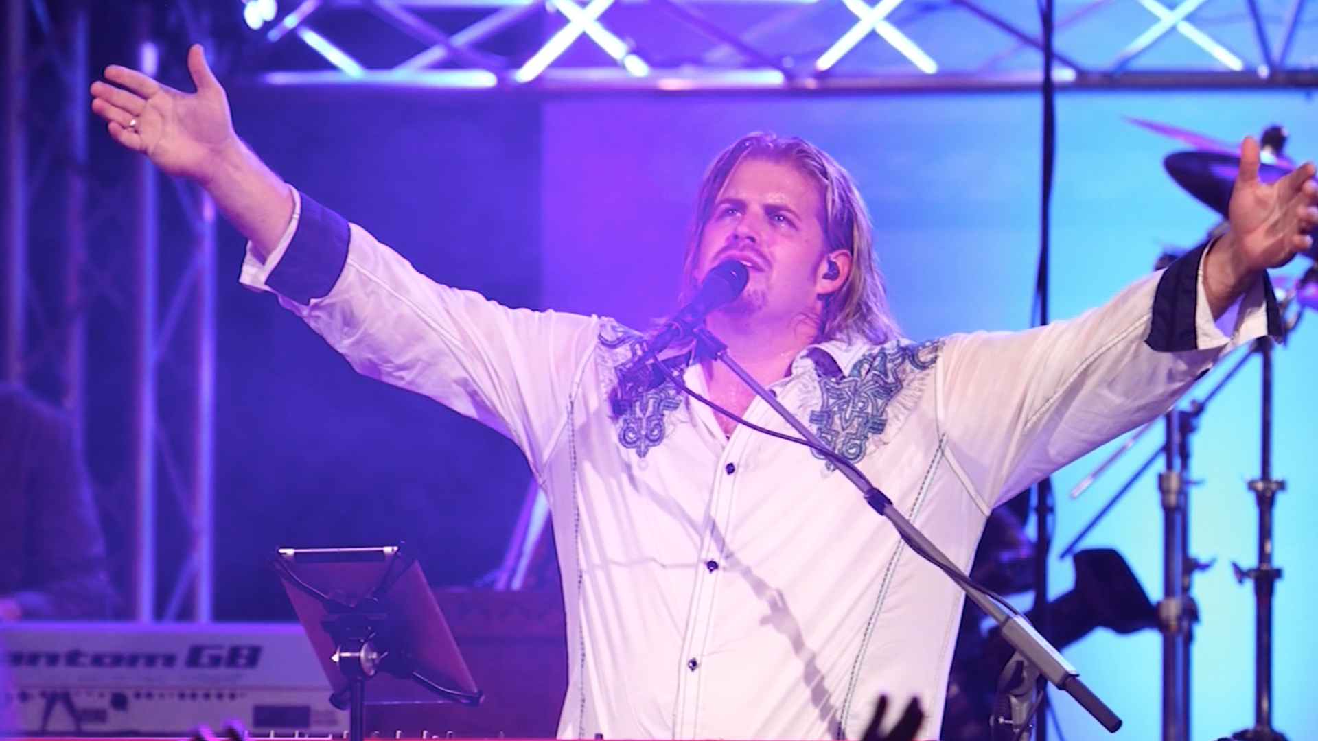 Worship Leader Roy Fields Performs